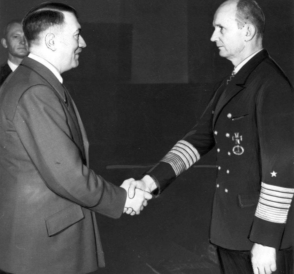 Karl Dönitz i Adolf Hitler na zdjęciu z kwietnia 1943 roku (domena publiczna).