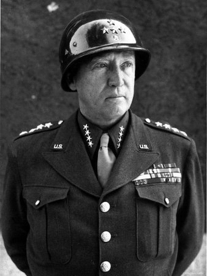 Generał George S. Patton na zdjęciu z 1945 roku (domena publiczna).