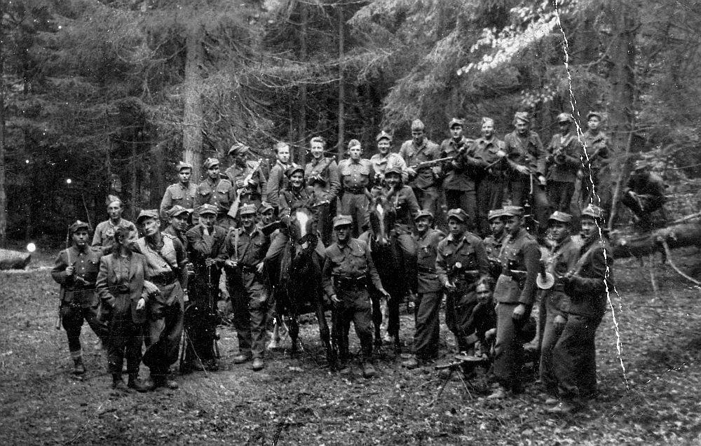 """Grupa sztabowa zgrupowania """"Ognia"""" nad Przełączą Borek w Gorcach latem 1946 r. Zdjęcie z książki Mróz, głód i wszy. Życie codzienne Wyklętych (materiały wydawcy)."""