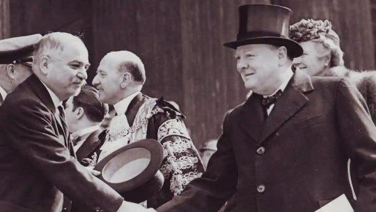 Iwan Majski witający się z Winstonem Churchillem. Fotografia z okresu wojny.