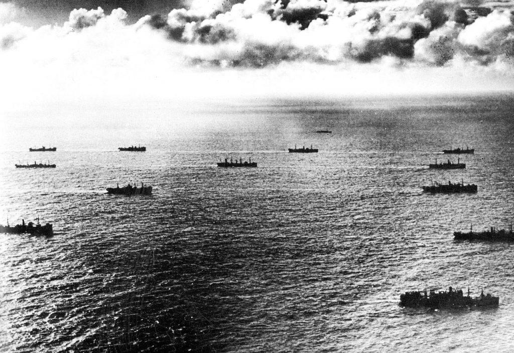 Jeden z atlantyckich konwojów. Zdjęcie z 1944 roku (domena publiczna).