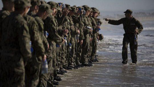 Kandydaci do oddziału Navy Seals podczas szkolenia.