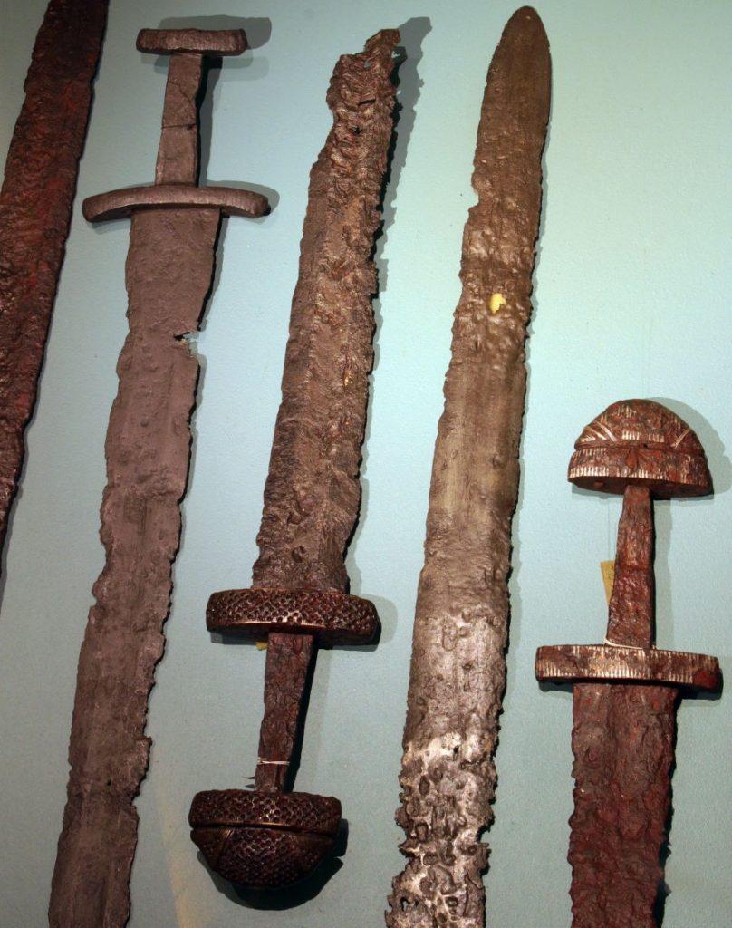 Miecze wikińskie eksponowane w muzeum w Bergen
