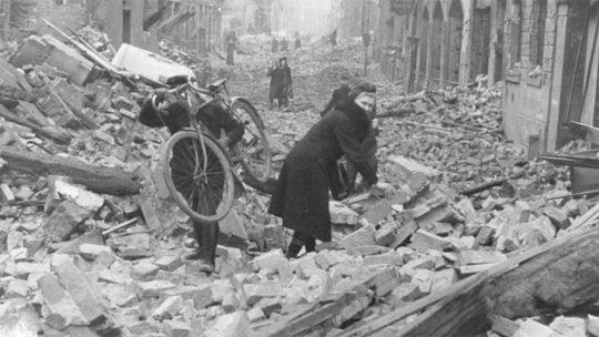 Niemcy w gruzach Berlina. Luty-marzec 1945 roku.