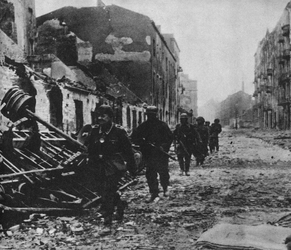 Niemieccy żołnierze na ul. Wroniej. Zdjęcie z września 1944 roku (domena publiczna).