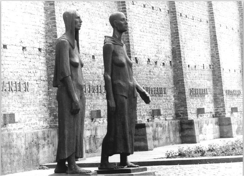Pomnik upamiętniający kobiety pomordowane w Ravensbrück. Jego autorem był niemiecki Will Lammert (Bundesarchiv Hubert Link, CC-BY-SA 3.0).