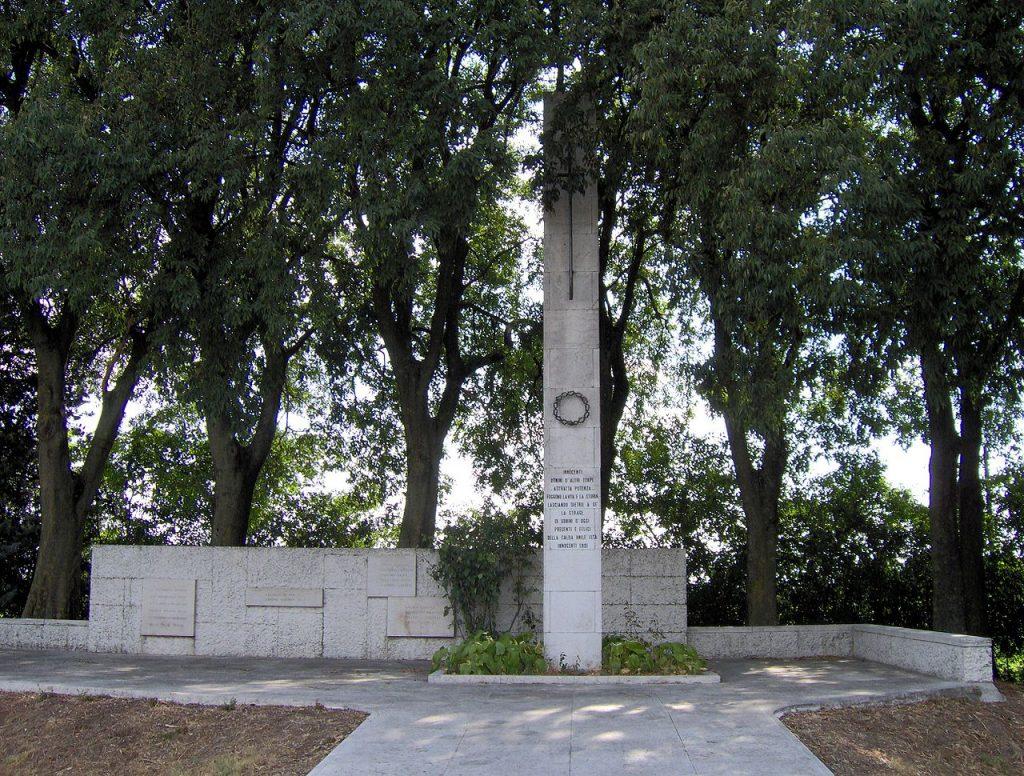 Monument upamiętniający ofiary Mille Miglia na miejscu wypadku de Portago (Gissier/domena publiczna).