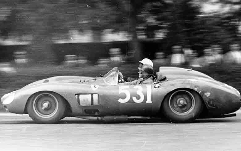 Alfonso de Portago i Edmund Nelson podczas ferlnego wyścigu Mille Miglia z 1957 roku (domena publiczna).