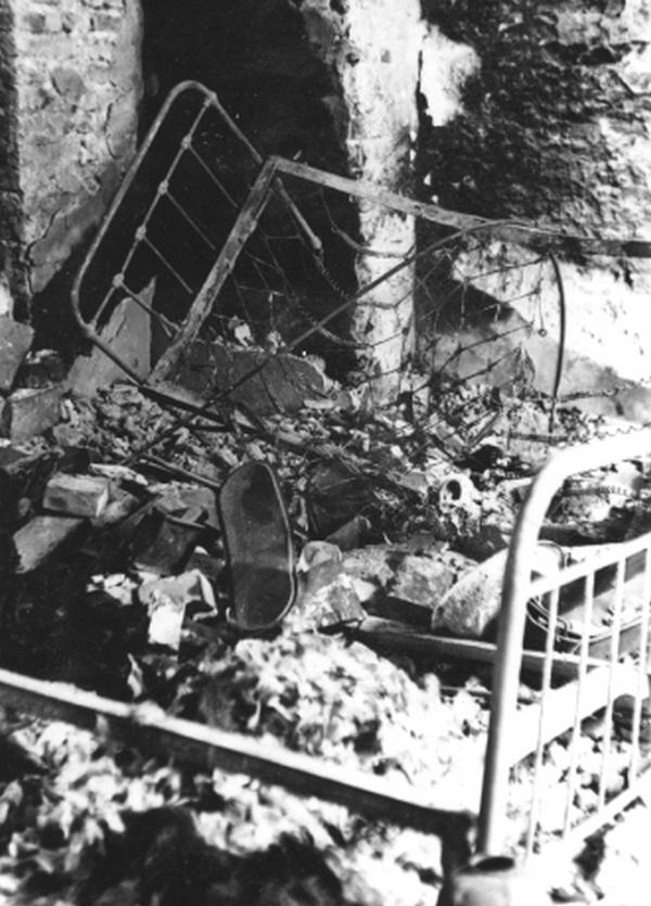 Wnętrze spalonego przez Niemców powstańczego szpital przy ul. Długiej 7 (domena publiczna).