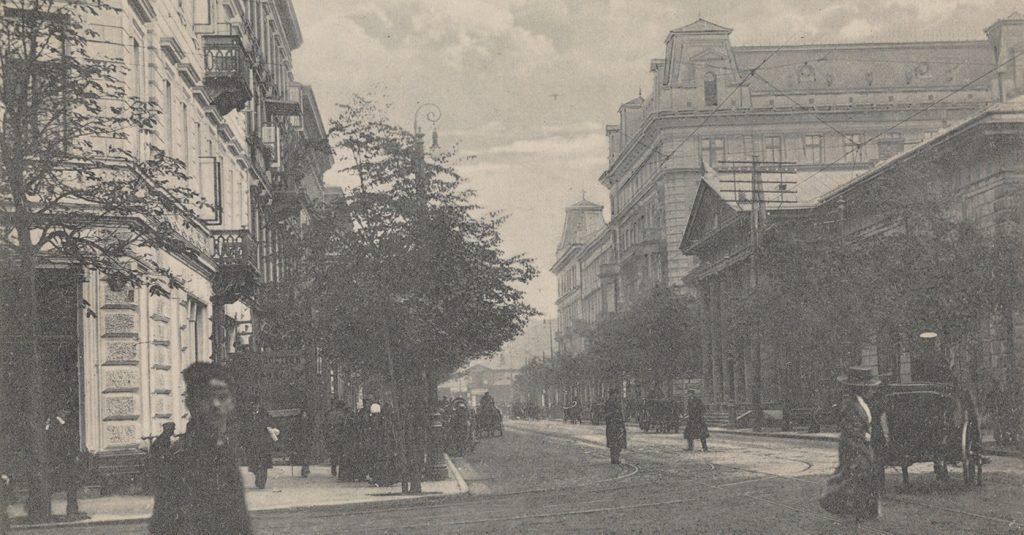 Ulica Królewska w Warszawie na pocztówce z początku XX wieku.