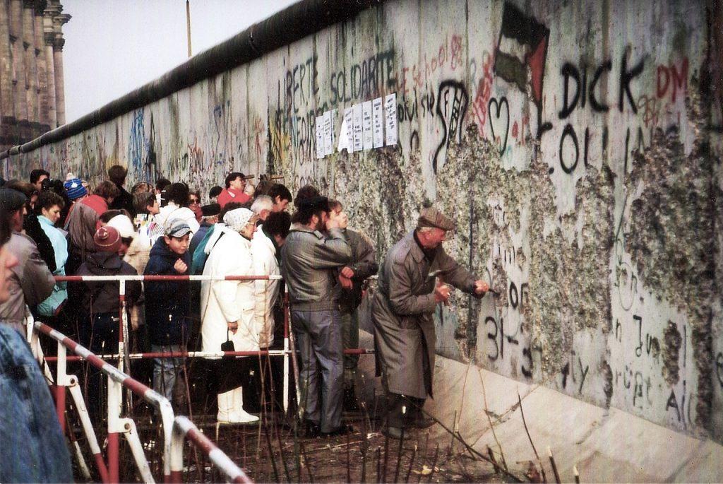 W czasie pobytu Putina w NRD doszło do upadku Muru Berlińskiego (Superikonoskop/CC BY-SA 3.0).