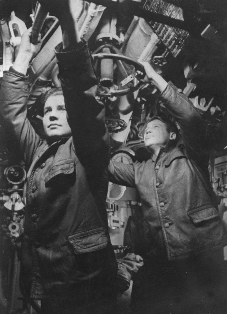 Wnętrze U-Boota. Zdjęcie z kwietnia 1943 roku (domena publiczna).