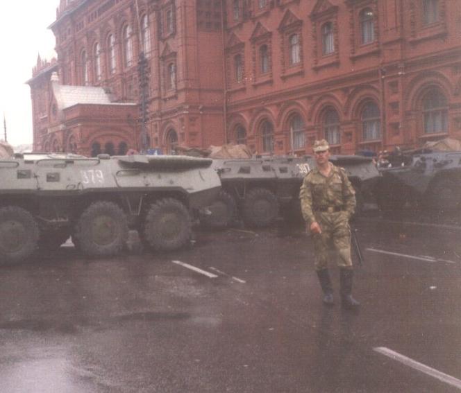 Wozy opancerzone BTR-80 na Placu Rewolucji. Sierpień 1991.