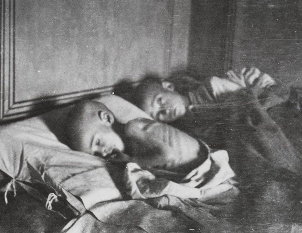 Wychudzone rosyjskie dzieci na zdjęciu z końca 1921 roku (Fridtjof Nansen/domena publiczna)