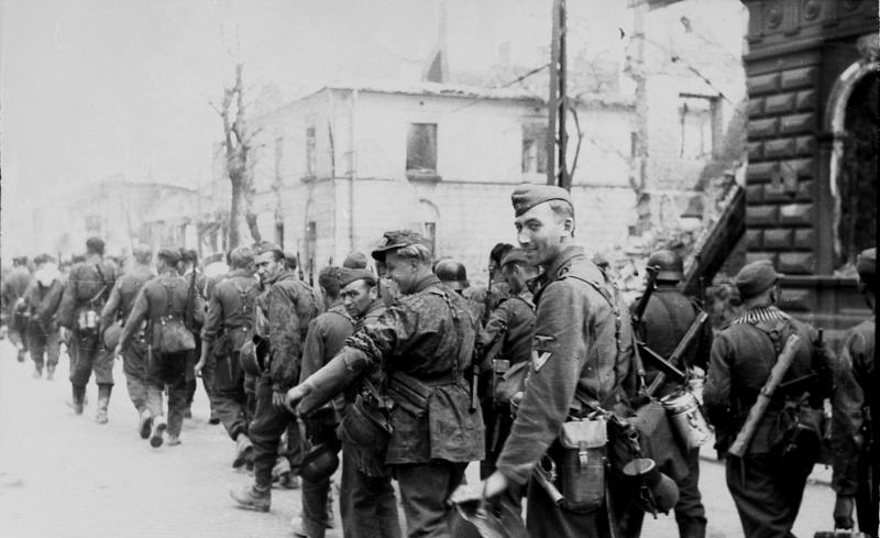Zbrodniarze z jednostki Dirlewangera maszerujący ulicą Chłodną. Sierpień 1944 roku (Bundesarchiv/Leher/CC-BY-SA 3.0).