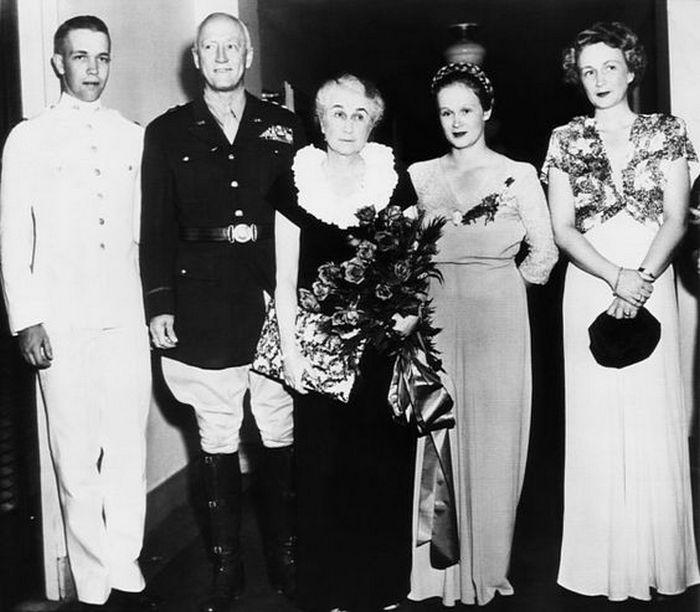 Zdjęcie generała Pattona z żoną Beatrice i trójką ich dzieci (domena publiczna).