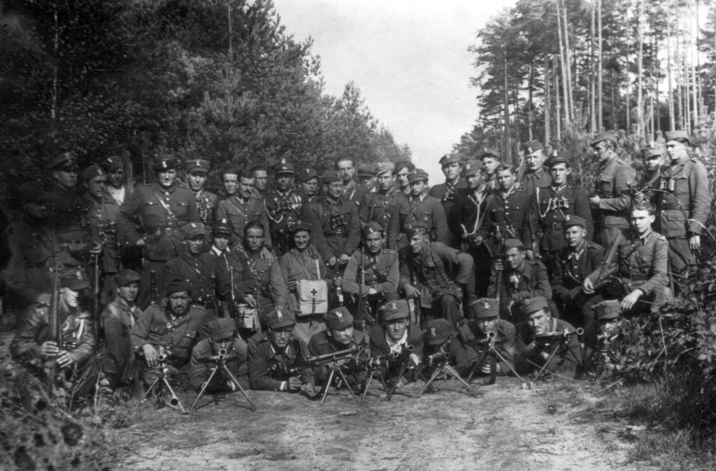 """Zgrupowanie mjr. Hieronima Dekutowskiego """"Zapory"""" (stoi 8 od lewej), Dobryń koło Mielca, lato 1946 roku."""