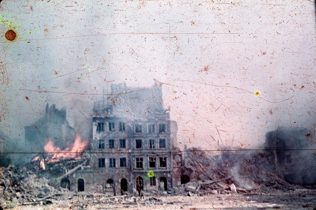 Zniszczony przez Niemców w czasie powstania Rynek Starego Miasta (Ewa Faryaszewska /domena publiczna).