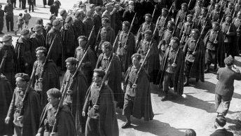 Żołnierze Samodzielnej Brygady Strzelców Podhalańskich podczas defilady. Rok 1940.