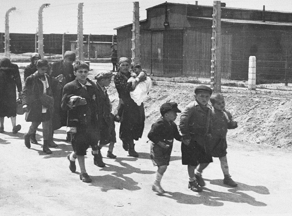 Żydowskie kobiety i dzieci wywiezione do Auschwitz-Birkenau z terenu Słowacji. Zdjęcie z 1944 roku (domena publiczna).