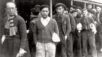 Żydzi w obozie przejściowym w Drancy. Grudzień 1942 roku.