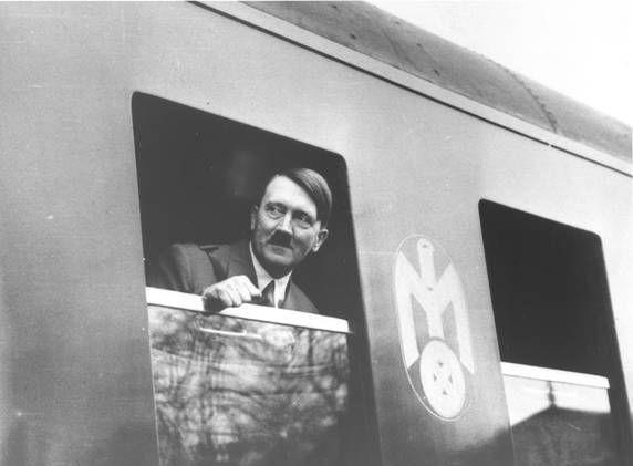 Adolf Hitler wyglądający z okna pociągu