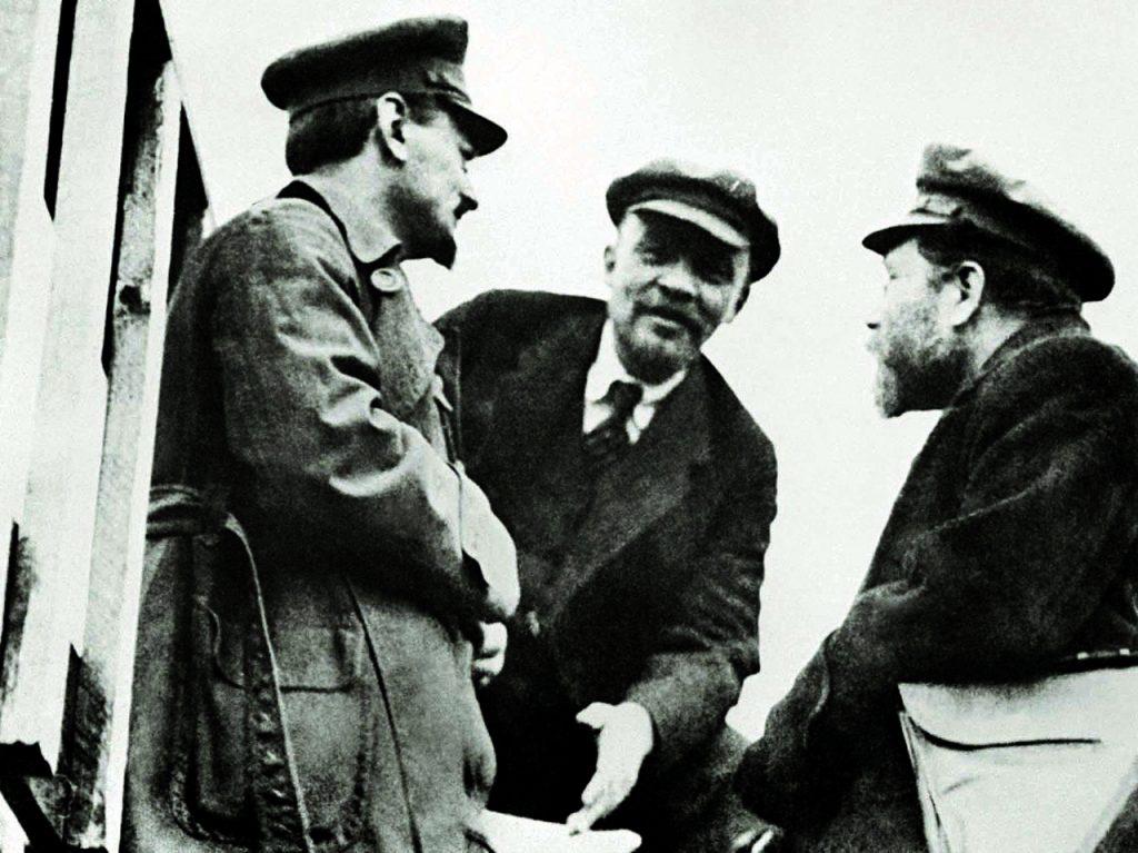 Bolszewicka wierchuszka Lew Trocki, Lenin i Lew Kamieniew na zdjęciu z 1919 roku (domena publiczna).
