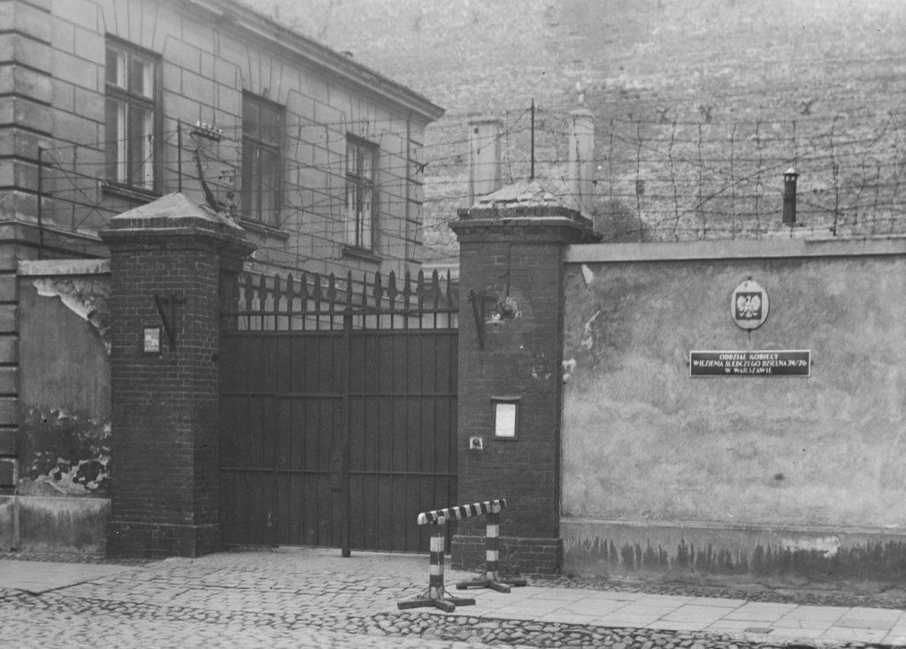 Brama Pawiaka na zdjęciu z okresu międzywojennego (domena publiczna).