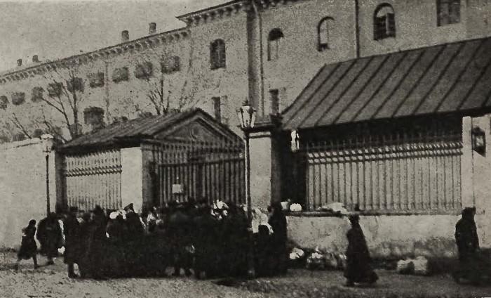 Brama wjazdowa więzienia na Pawiaku. Zdjęcie z 1906 roku (domena publiczna).