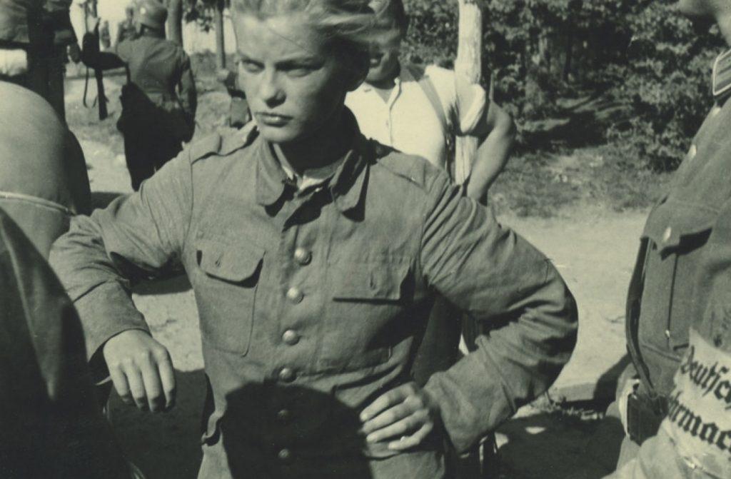 Elżbieta Zahorska na zdjęciu wykonanym przez Niemców po tym jak została wzięta do niewoli we wrześniu 1939 roku (domena publiczna).