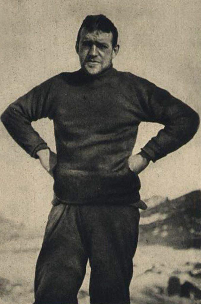 Ernest Shackleton na zdjęciu z lata 1916 roku (domena publiczna).