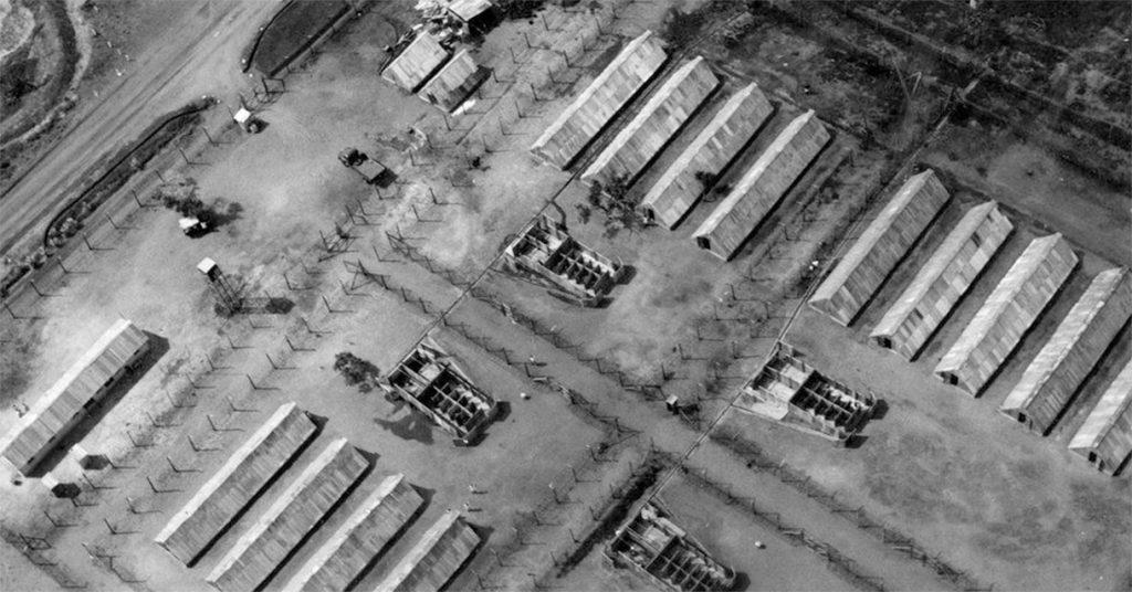 Hola - jeden z brytyjskich obozów w których przetrzymywano członków ludu Kikuju. Fotografia z roku 1959 w zbiorach National Archives.
