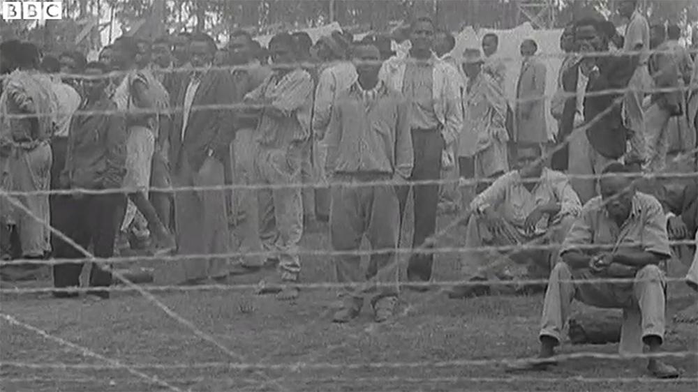 Kikuju za drutami obozu internowania. Kadr z filmu dokumentalnego BBC.