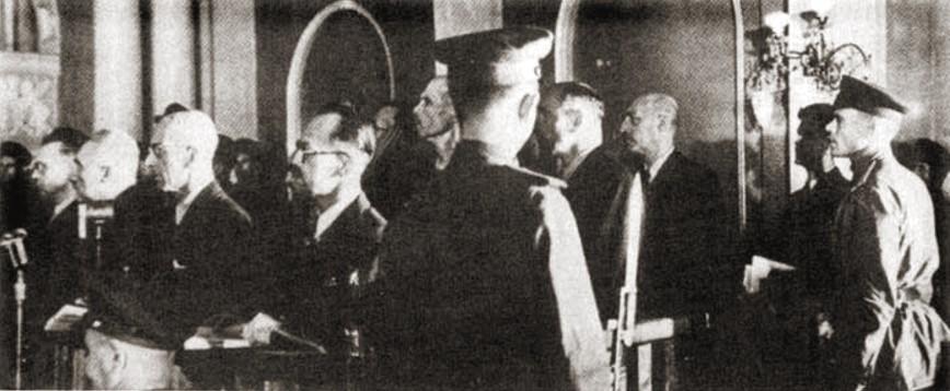 Ława oskarżonych w moskiewskim procesie szesnastu. Czerwiec 1945 roku (domena publiczna).