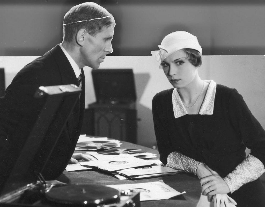 Lena Żelichowska w filmie Szpieg w mace z 1933 roku (domena publiczna).