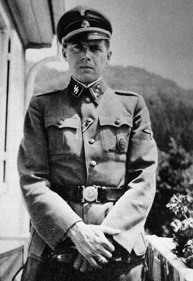 Josef Mengele już jako Hauptsturmführer (domena publiczna).