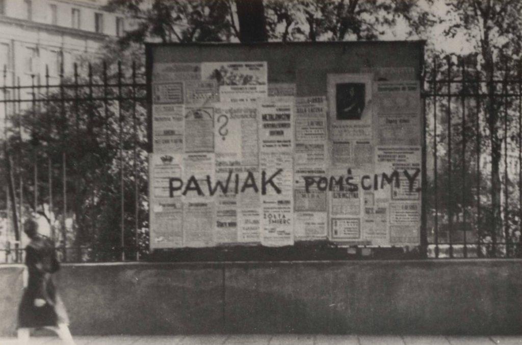 Napis wykonany w czerwcu 1943 roku na tablicy ogłoszeniowej umieszczonej na ogrodzeniu ogrodu BGK przy ul. Brackiej (domena publiczna).