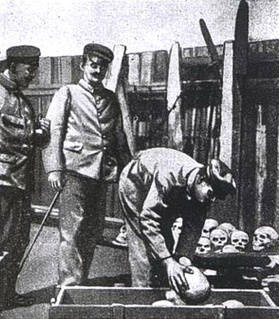 Niemieccy żołnierze pakujący do skrzyń czaszki ofiar obozu na Shark Island. Później wysyłano je do Niemiec (domena publiczna).