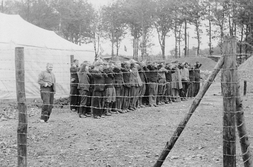 Nowo przybyli polscy więźniowie KL Dachau w trakcie apelu (domena publiczna).