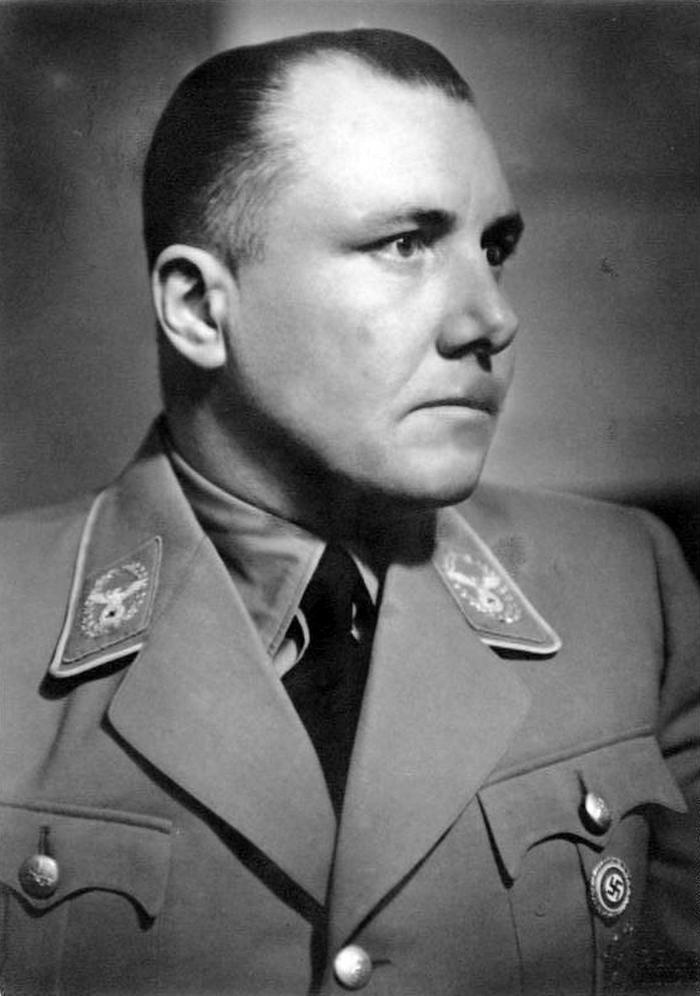Po wojnie przez całe dziesięciolecia nie było pewności co stało się z Bormannem. Dopiero badania DNA rozwiały wszelkie wątpliwości (Bundesarchiv/Friedrich Franz Bauer/CC-BY-SA 3.0).