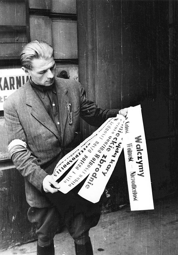 """Roman Rozmiłowski """"Zawada"""". To on wykonał wyrok na Igo Symie. Tutaj na zdjęciu wykonanym na początku powstania warszawskiego (domena publiczna)."""