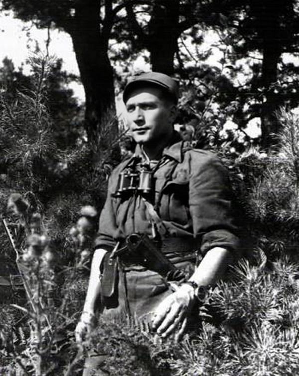 """Romuald Rajs """"Bury"""" na zdjęciu z okresu II wojny światowej (domena publiczna)."""