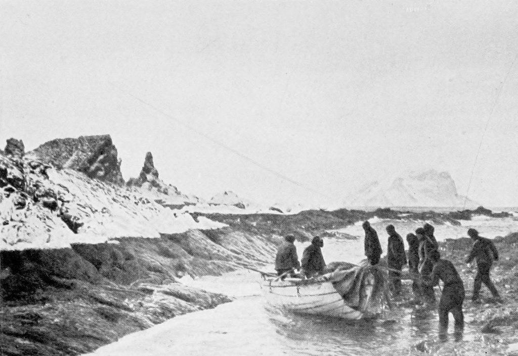 Shackleton i jego ludzie po wylądowaniu na Wyspie Słoniowej (F. Hurley/domena publiczna).