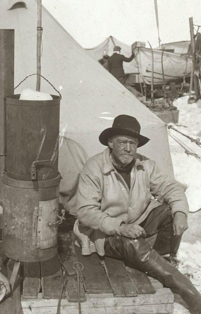 Shackleton na zdjęciu wykonanym między 1914 a 1916 rokiem (domena publiczna).