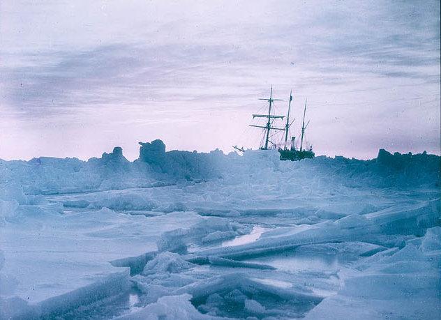 "Skuty lodem statek ""Endurance"" (Frank Hurley/domena publiczna)."