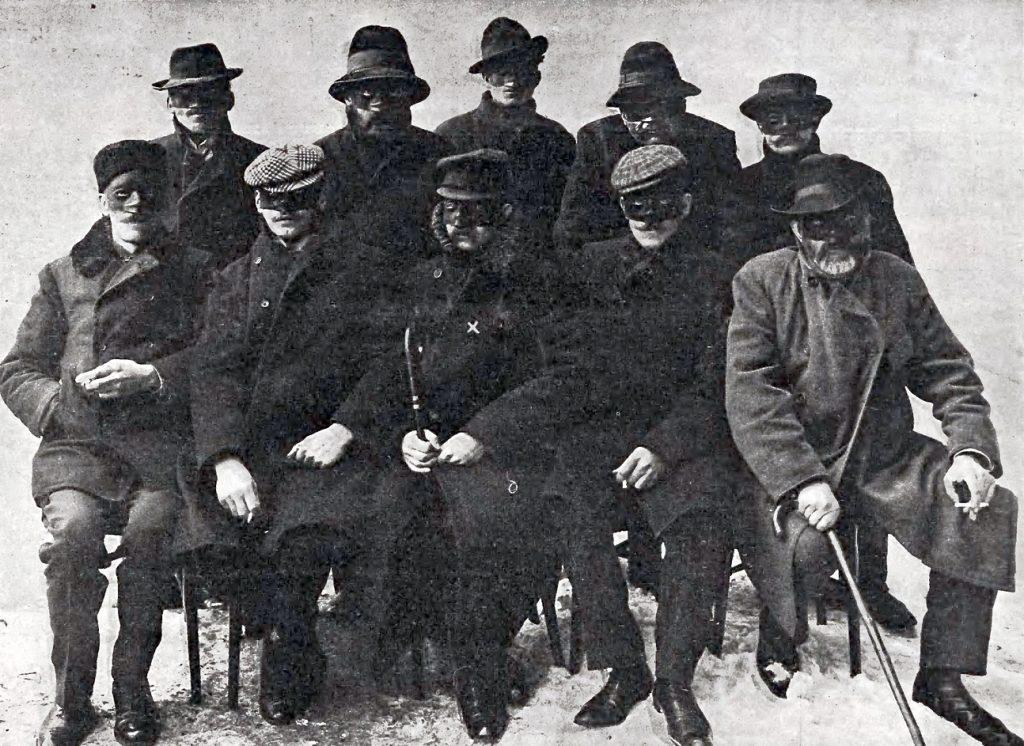 """Pamiątkowe zdjęcie bojowców PPS uczestniczących w planie uwolnienia więźniów. Siedmiu z nich (""""Jur"""" oznaczony iksem) wzięło bezpośredni udział w akcji (domena publiczna)."""