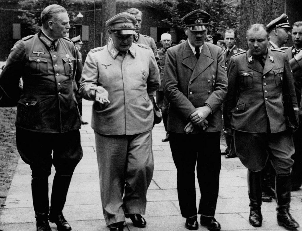 Pod koniec wojny Bormann (pierwszy z prawej) stał się najbliższym współpracownikiem Hitlera (domena publiczna).