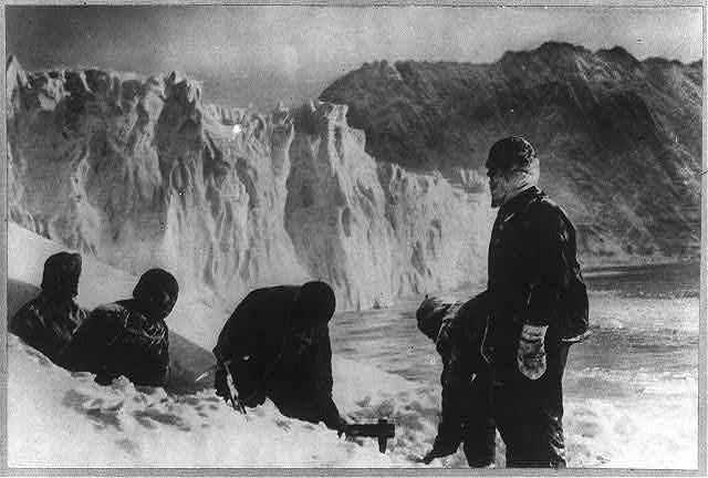 Załoga Shackletona na Wyspie Słoniowej (F. Hurley/domena publiczna).