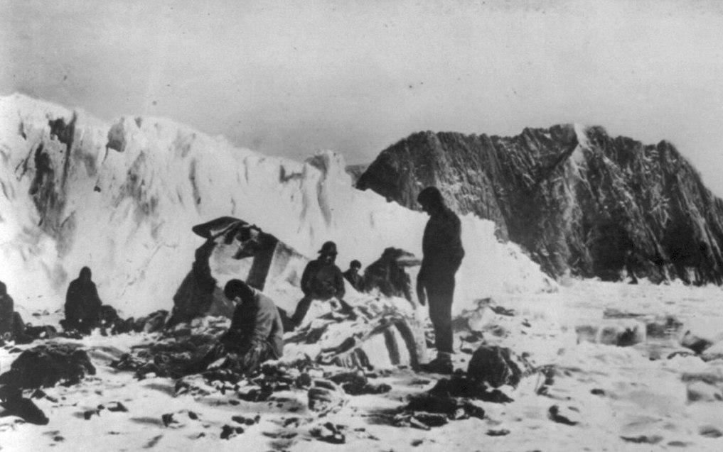 Członkowie załogi Shackletona oczekujący na ratunek na Wyspie Słoniowej (domena publiczna).
