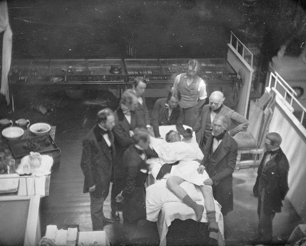 Zdjęcie wykonane w czasie operacji przeprowadzonej przez profesora Johna Warrena 16 października 1686 roku (domena publiczna).